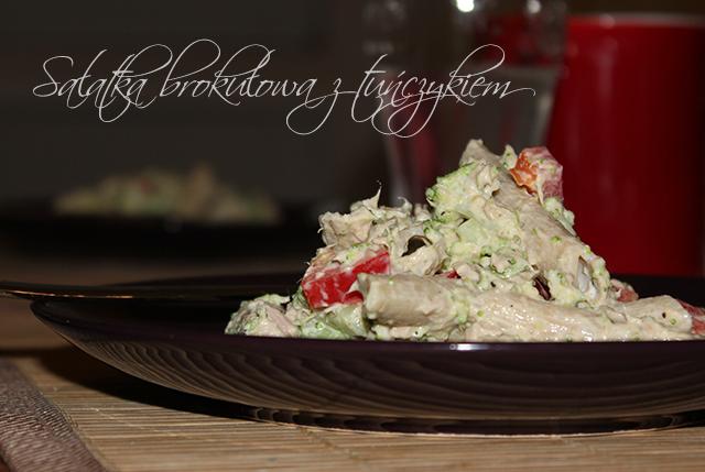 Sałatka brokułowa z tuńczykiem i papryką