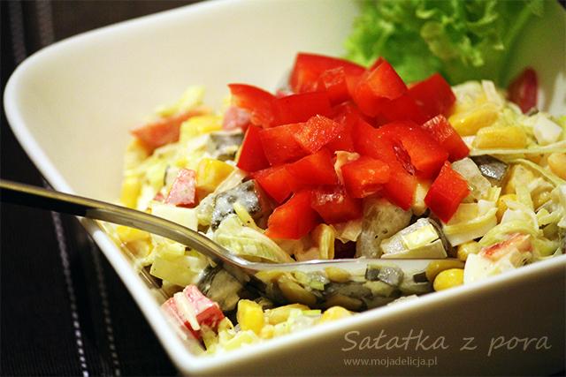 Sałatka z pora, jaj i kukurydzy