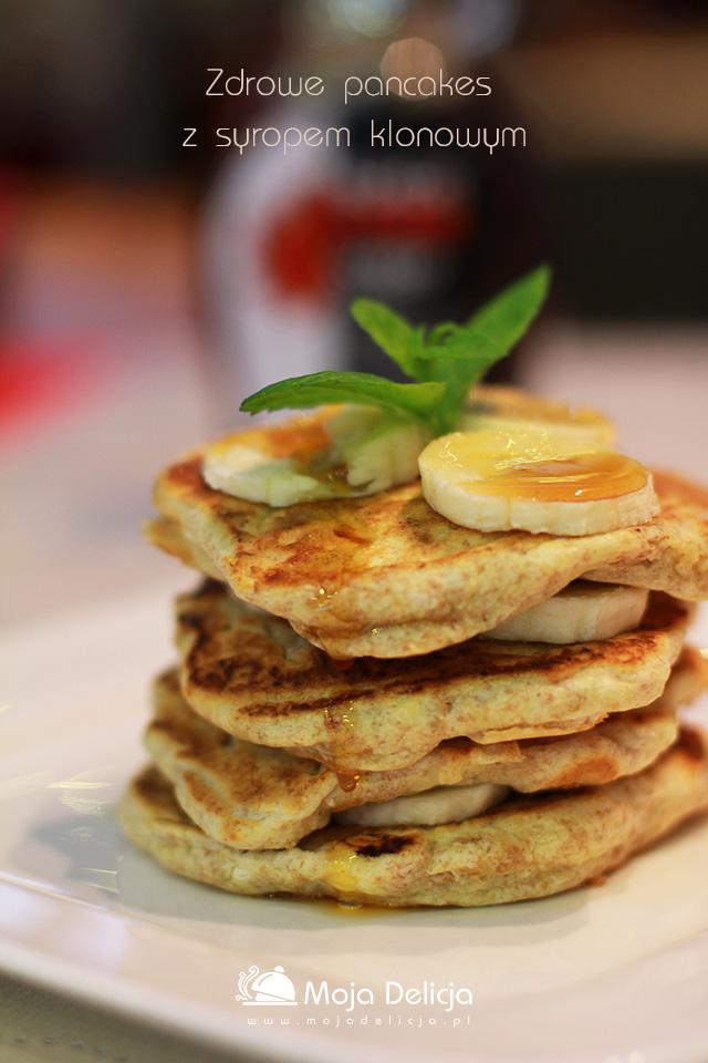Zdrowe pancakes z syropem klonowym i bananem
