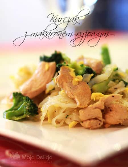 Kurczak z makaronem ryżowym i brokułem