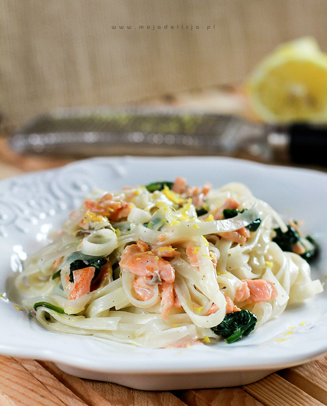 Makaron ryżowy w cytrynowym sosie, z wędzonym łososiem i szpinakiem – Danie w 5 minut
