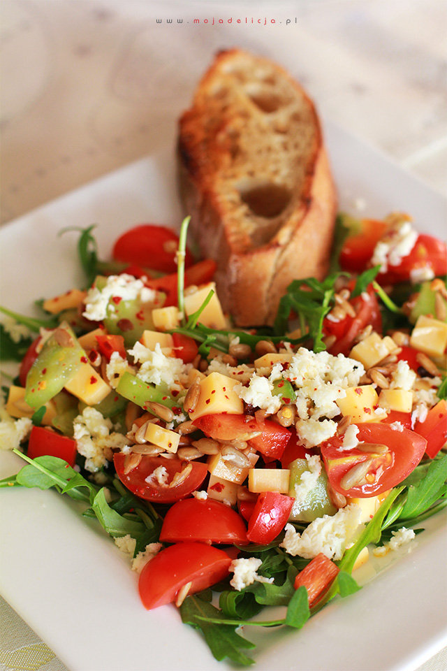 Sałatka z rukoli, pomidorków, ogórka zielonego, papryki z prażonym słonecznikiem