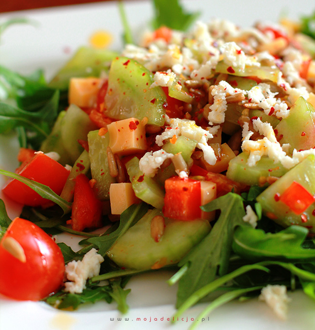 salatka-z-rukoli-ogorka-papryki-sera2