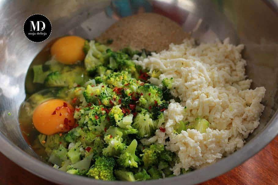 Składniki na Placuszki brokułowe z sosem czosnkowo-jogurtowym