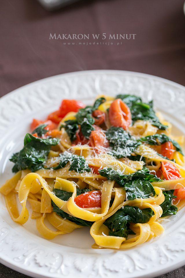szybki-makaron-ze-szpinakiem-i-pomidorkami-quick-noodles-with-spinach-and-tomatoes,-danie-w-5-minut-A