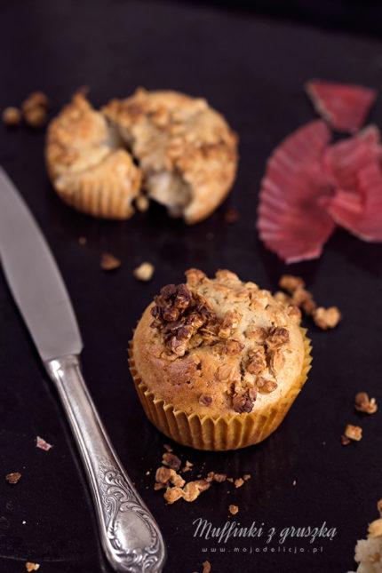 Muffinki z gruszką i chrupiącą granolą