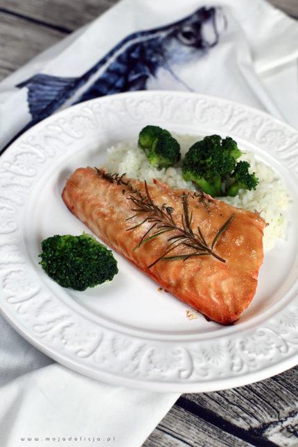 Pieczony łosoś w słodko-ostrej marynacie ze świeżymi ziołami, z ryżem i brokułami