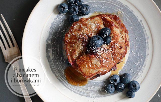 zdrowe-pancakes-z-bananami,-borowka-i-wiorkami-kokosywmi,-bez-maki5