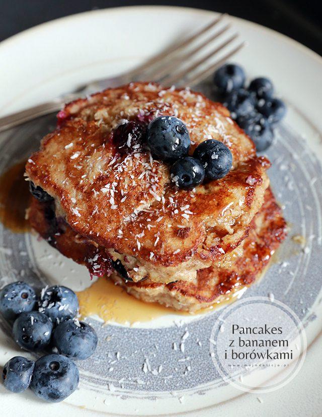 zdrowe-pancakes-z-bananami,-borowka-i-wiorkami-kokosywmi,-bez-maki7