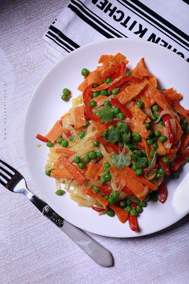 Zielone curry z makaronem ryżowym, marchewką, papryką i zielonym groszkiem