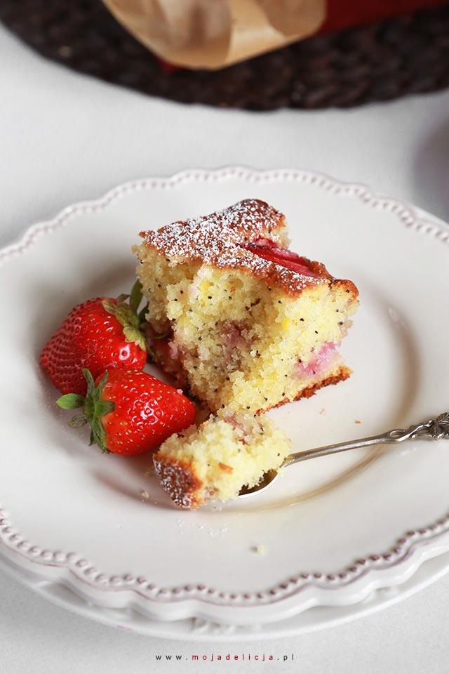 Proste ciasto ucierane z truskawkami
