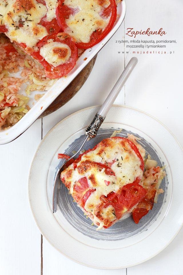 Zapiekanka z ryżem, młodą kapustą i pomidorami