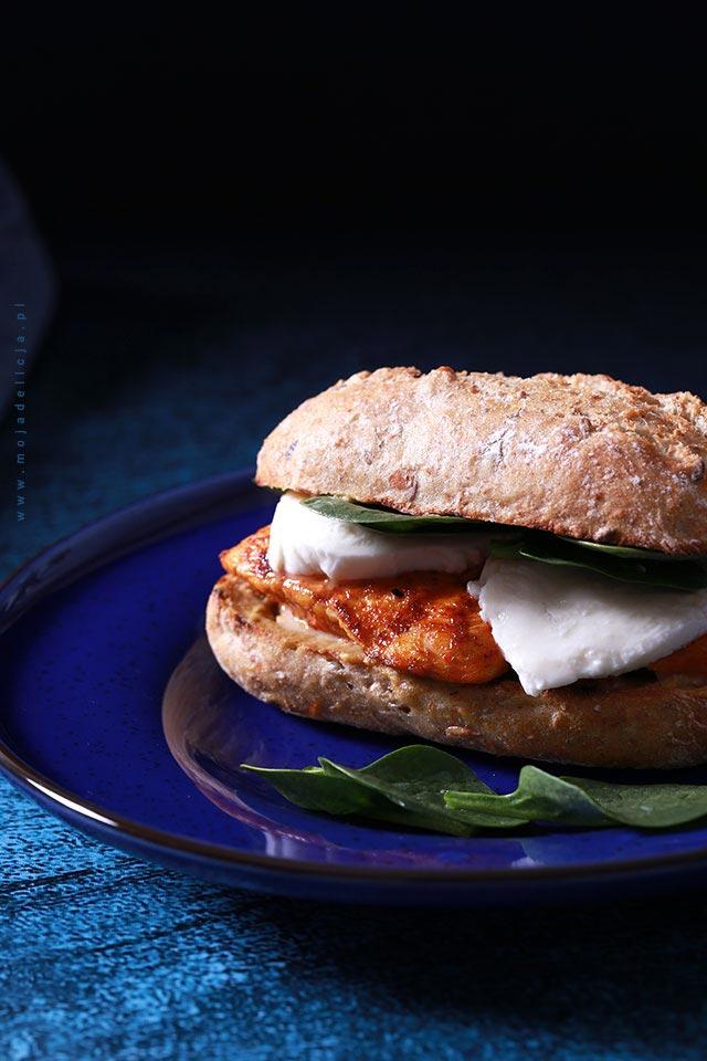 Domowy burger z kurczakiem i mozzarellą