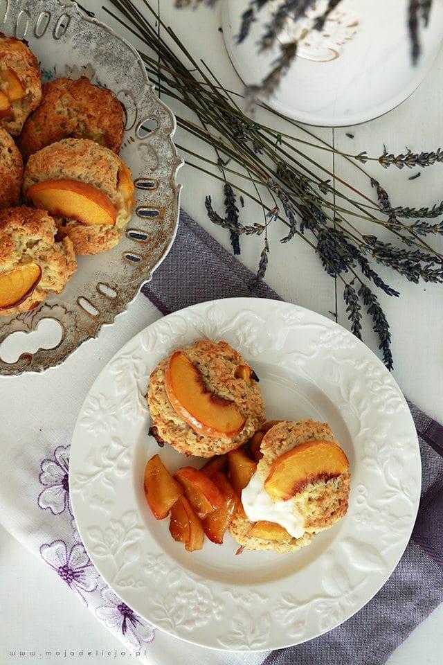 Lawendowe Sconsy z brzoskwinią i karmelizowanymi jabłkami