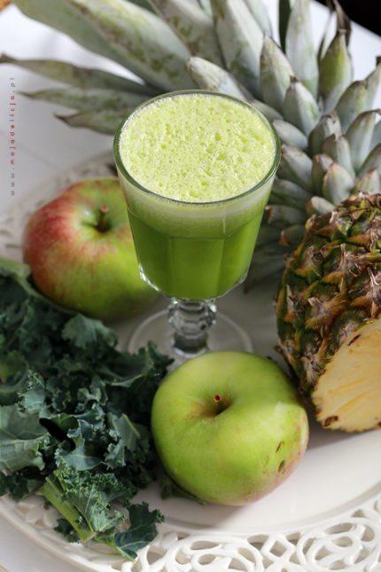 Oczyszczające zielone smoothie z ananasa, jabłka i jarmużu
