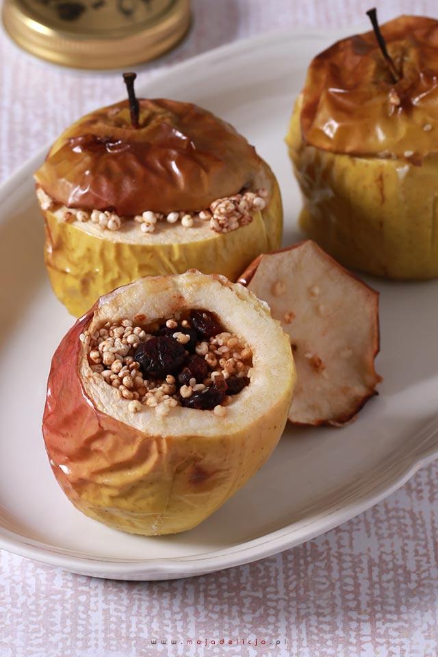 Pieczone jabłka z żurawiną, ekspandowaną kaszą jaglaną, sezamem i miodem