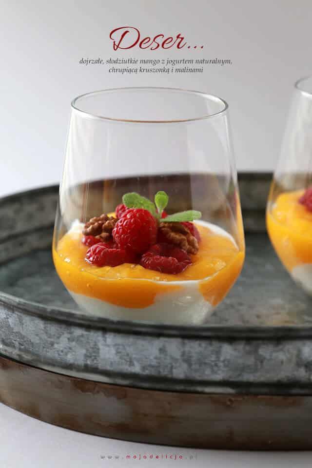 zdrowy-deser-z-mango-jogurtu-naturalnego-malin-i-orzechow-z-chrupiaca-kruszonka3