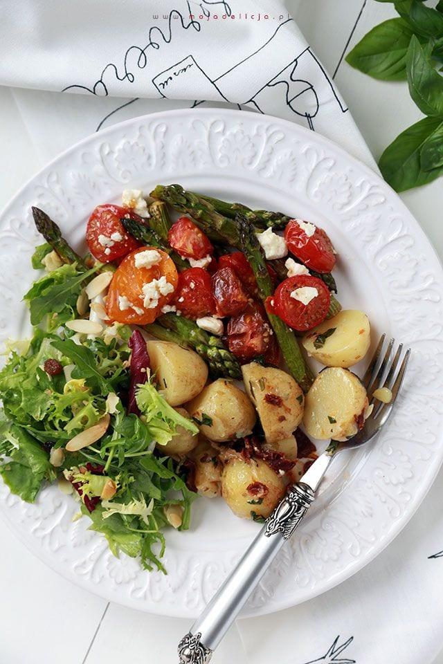 Grillowane-szparagi-z-pomidorkami-koktajlowymi-i-feta-mlode-ziemniaczki-z-suszonymi-pomidorami-bazylia-i-parmezanem
