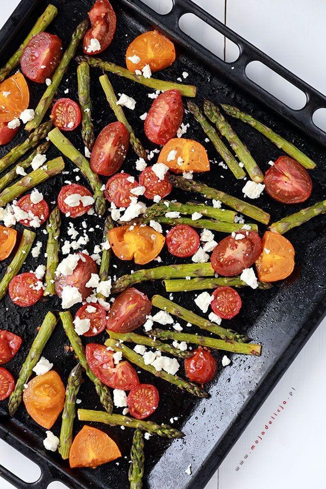 Pieczone szparagi z pomidorkami koktajlowymi i fetą