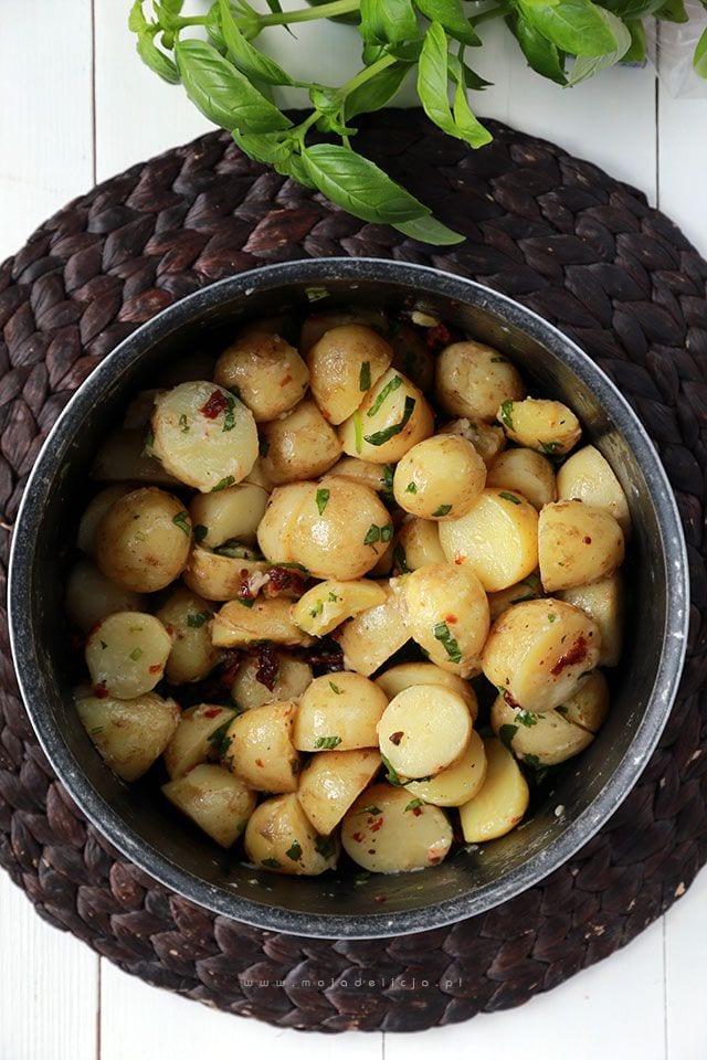 Młode ziemniaczki z suszonymi pomidorami, bazylią i parmezanem, czyli śródziemnomorska sałatka ziemniaczana