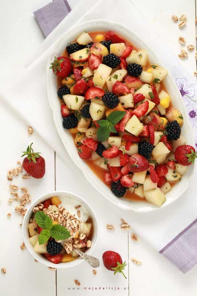 tropikalna-salatka-owocowa-z-naturalnym-sokiem-z-mango-melonem-brzoskwiniami-truskawkami-jezynami-marakuja4
