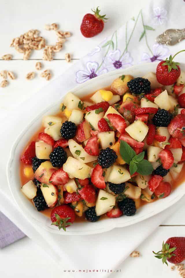 tropikalna-salatka-owocowa-z-naturalnym-sokiem-z-mango-melonem-truskawkami-jezynami-marakuja2