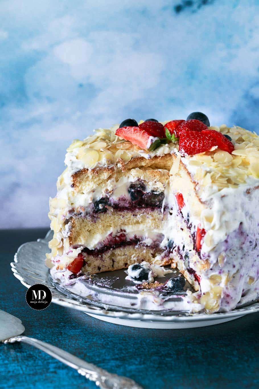 Tort śmietankowy z jagodami, borówkami i truskawkami - mini torcik