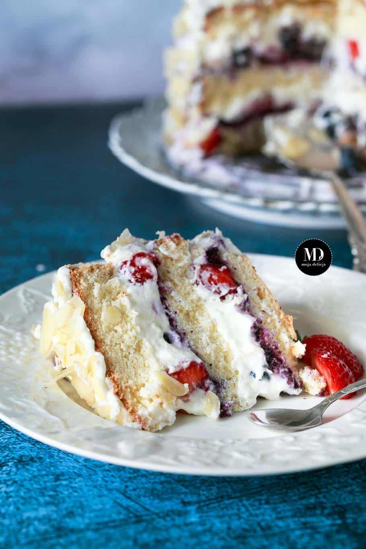 Mini tort śmietankowy z jagodami, borówkami i truskawkami