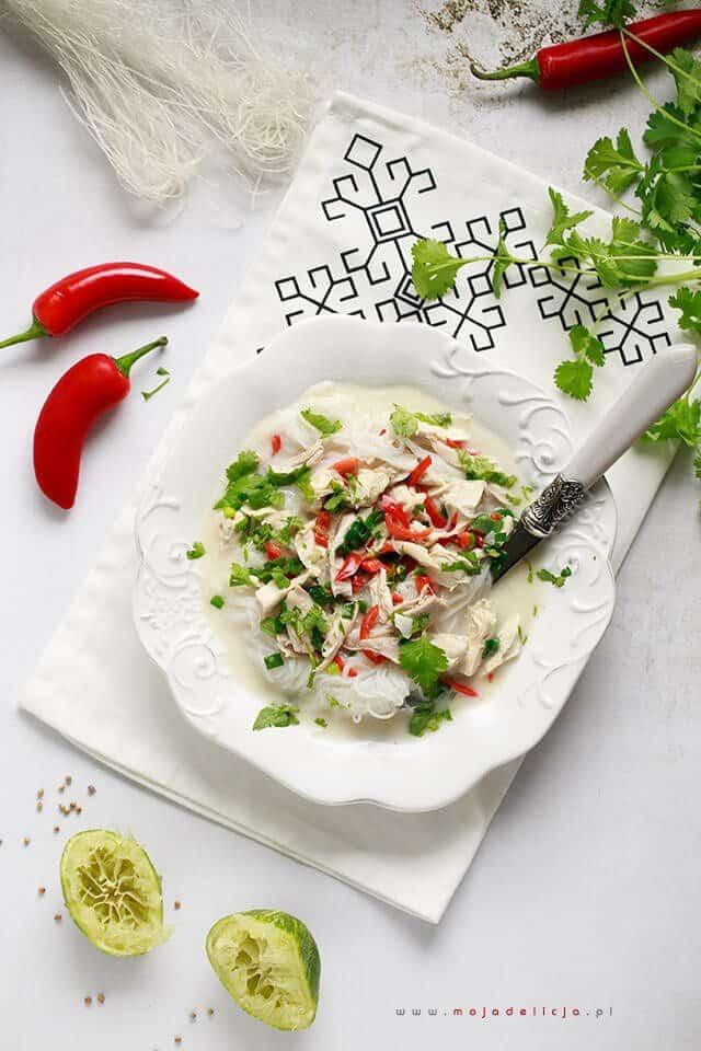 Curry laksa z kurczakiem i makaronem ryżowym