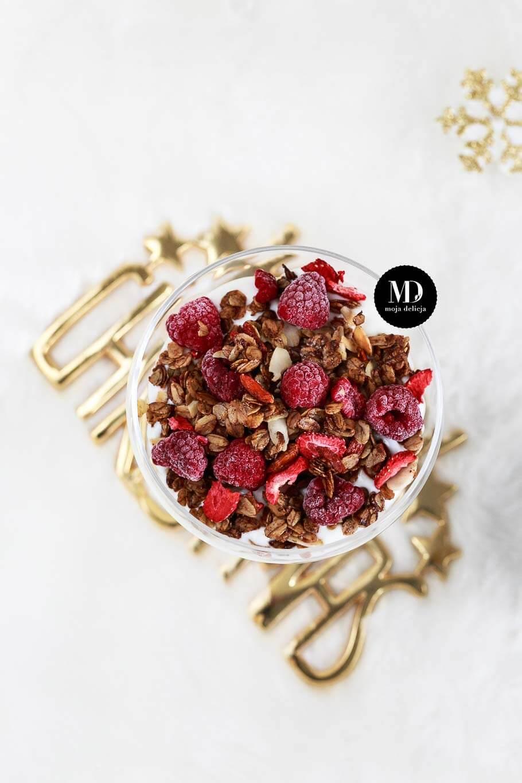 Szybka granola z cynamonem i jogurtem, czyli szybki i zdrowy deser na śniadanie