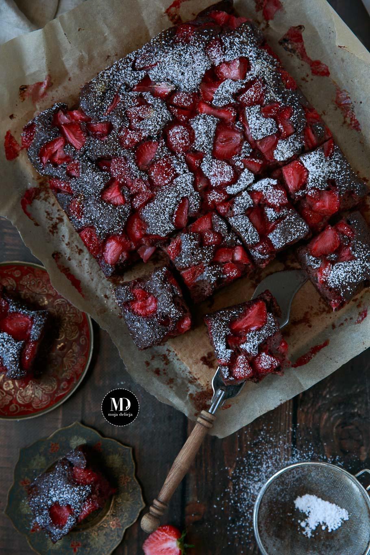 Proste i szybkie czekoladowe ciasto z truskawkami bez miksera