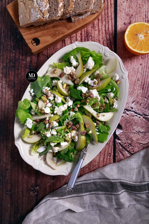 Sałatka z gruszką, serem ricotta i pistacjami