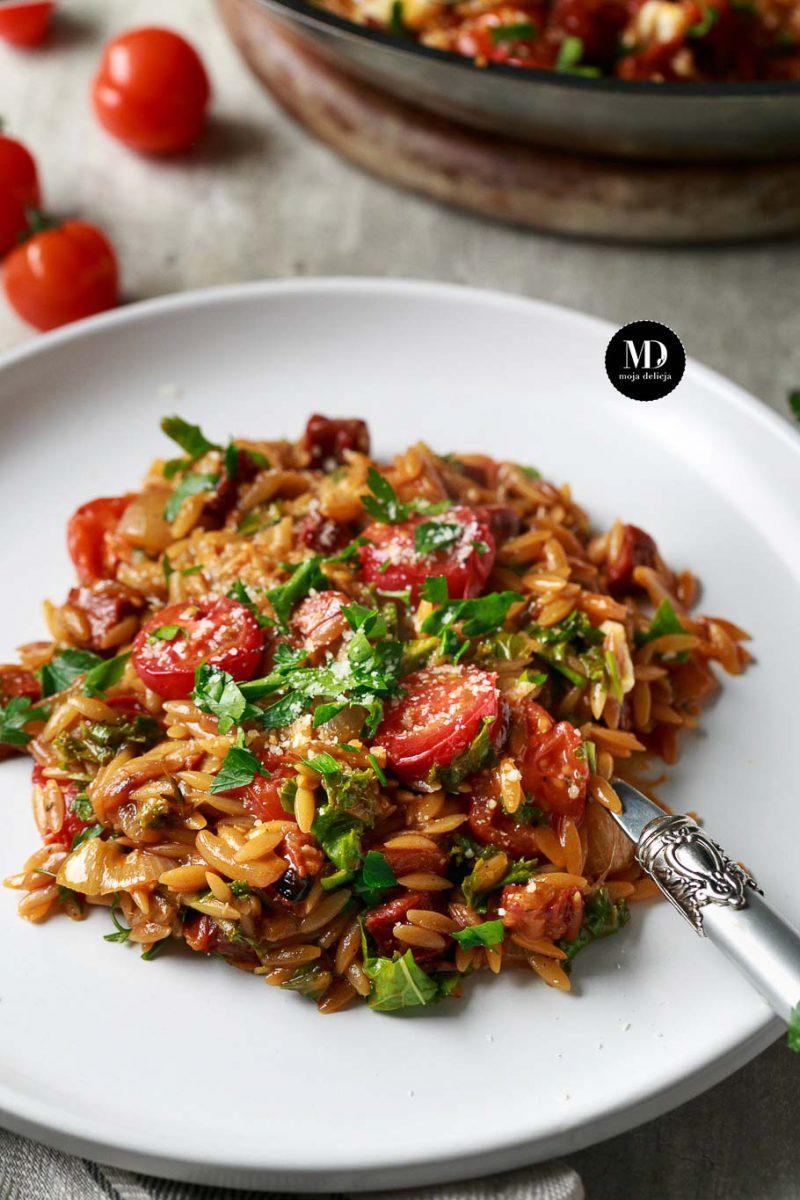 Orzo risotto z chorizo, jarmużem i pieczonymi pomidorami
