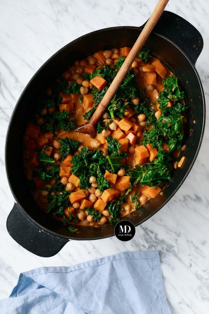 curry-z-batatami-ciecierzyca-i-jarmuzem