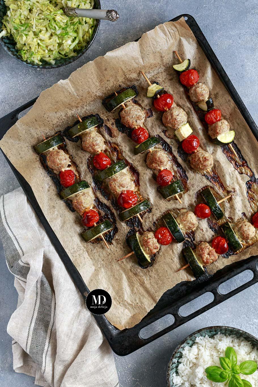 Szaszłyki z pulpetami z indyka, cukinią i pomidorkami podane z ryżem i surówką z młodej kapusty