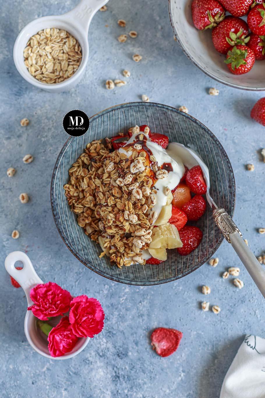 Fit śniadanie, czyli domowe musli z płatków owsianych, nasion chia i orzechów z jogurtem naturalnym, truskawkami, bananem i morelą, polane syropem z daktyli.