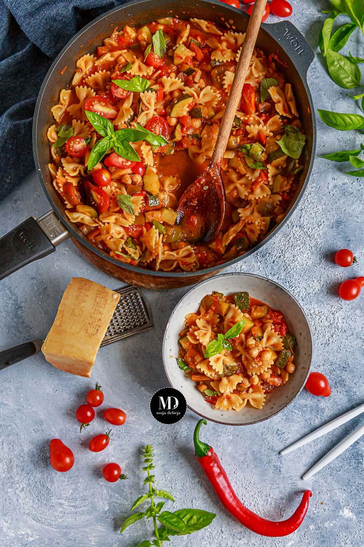 Wegetariański gulasz z makaronem, czyli warzywny sos z pomidorów, papryki i cukinii