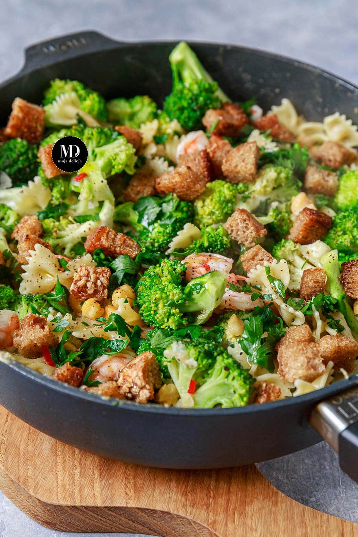 Makaron z krewetkami, brokułem i ciecierzycą
