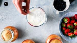 Ciasto w słoiku - Ciasto cytrynowe pieczone w słoiku - Wymieszać śmietanęz cukrem pudrem
