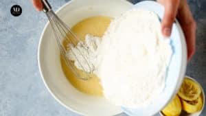 Ciasto w słoiku - Ciasto cytrynowe pieczone w słoiku - Przygotowanie - Wsyp mąkę