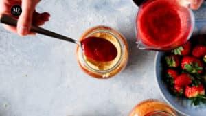Ciasto w słoiku - Ciasto cytrynowe pieczone w słoiku - Wlać mus truskawkowy