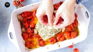 Feta Pasta - Makaron z fetą - wyciskanie czosnku