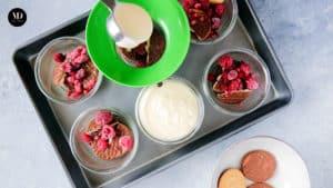 Sernik w słoiku - wlewanie masy na herbatniki i maliny do słoiczków weck